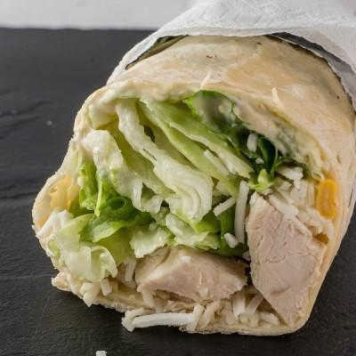 Τορτίγια με κοτόπουλο, τριμ. τυρί, καλαμπόκι,πρασινη σαλάτα, ceasars sause